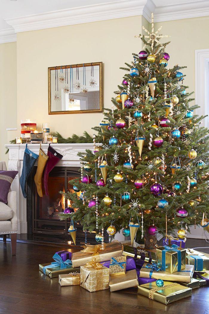 Großer Weihnachtsbaum mit viel Schmuck, Weihnachtsstrümpfe am Kamin, viele Geschenke unter dem Baum