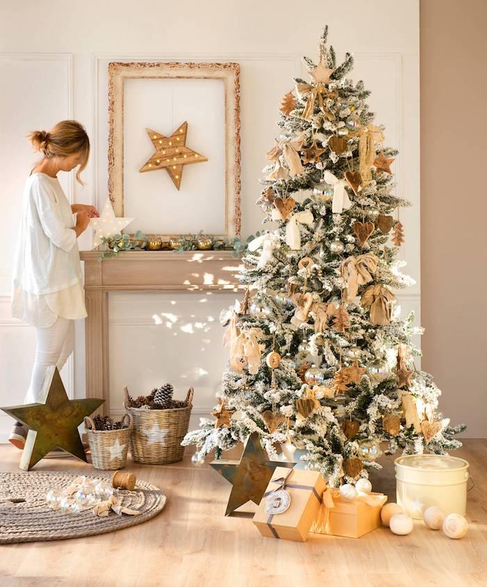 Weihnachtsbaum geschmückt mit Anhängern aus Holz, Tannenzapfen in Rattankörben