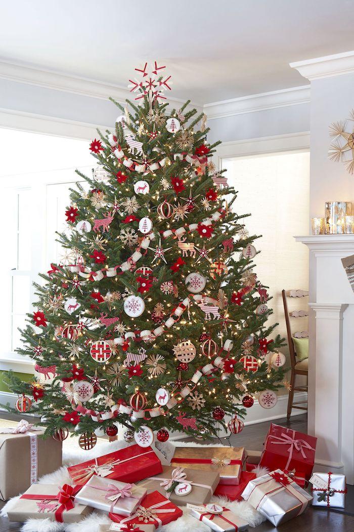 Riesiger echter Tannenbaum mit viel Schmuck in Weiß und Rot, Weihnachtsgeschenke unter dem Baum