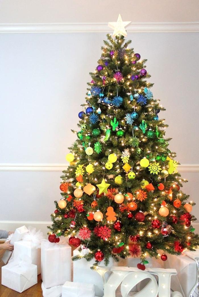 Weihnachtsbaum geschmückt mit bunten Weihnachtskugeln, Farben in Schichten, Christbaumspitze goldener Stern