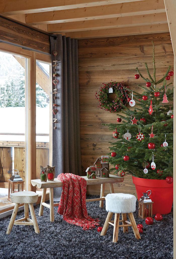 Echter Weihnachtsbaum mit roten und weißen Aufhängern, Zimmer im Landhausstil, Einrichtung aus Holz