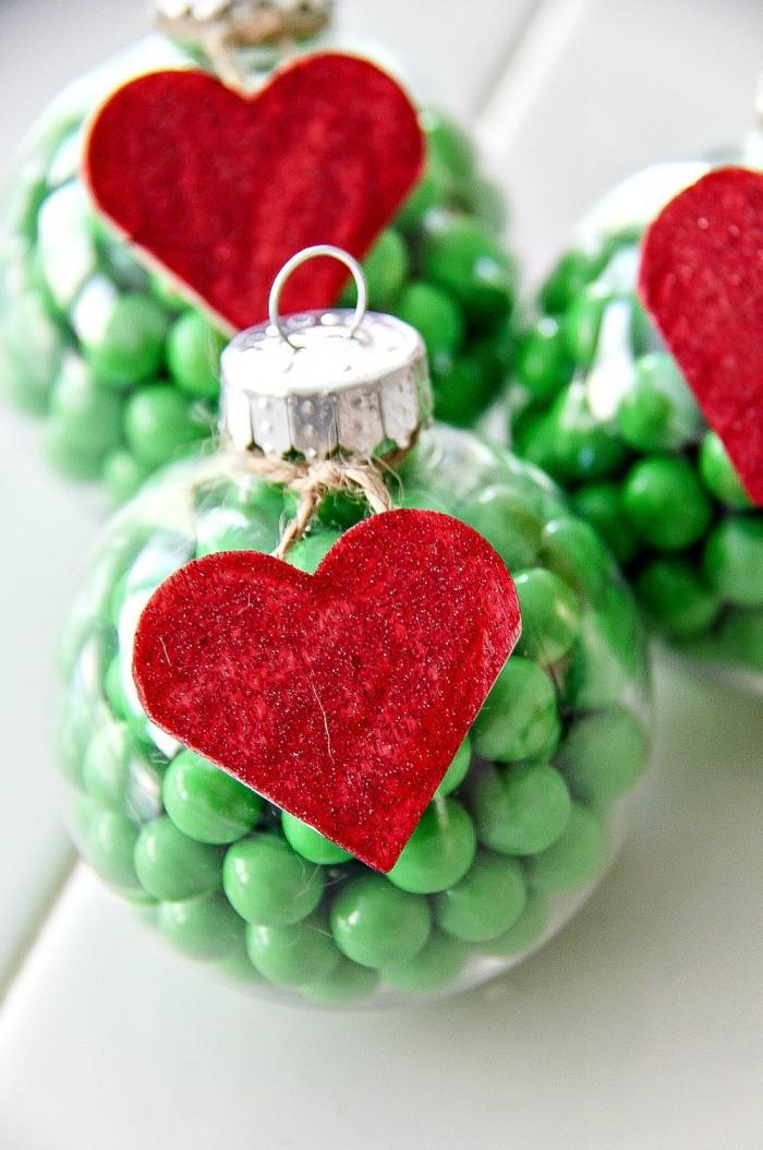 weihnachtsdeko basteln, durchsichtige kugel, rotes herz, christbaumschmuck selber machen
