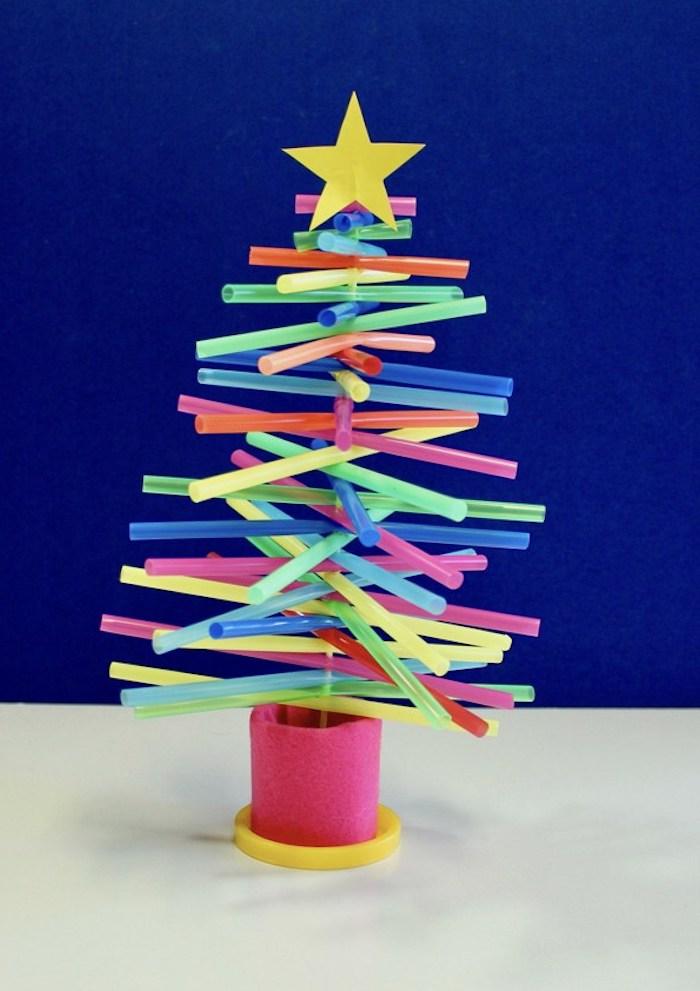 Weihnachtsbaum aus bunten Strohhalmen selber machen, Stern aus Papier auf der Spitze