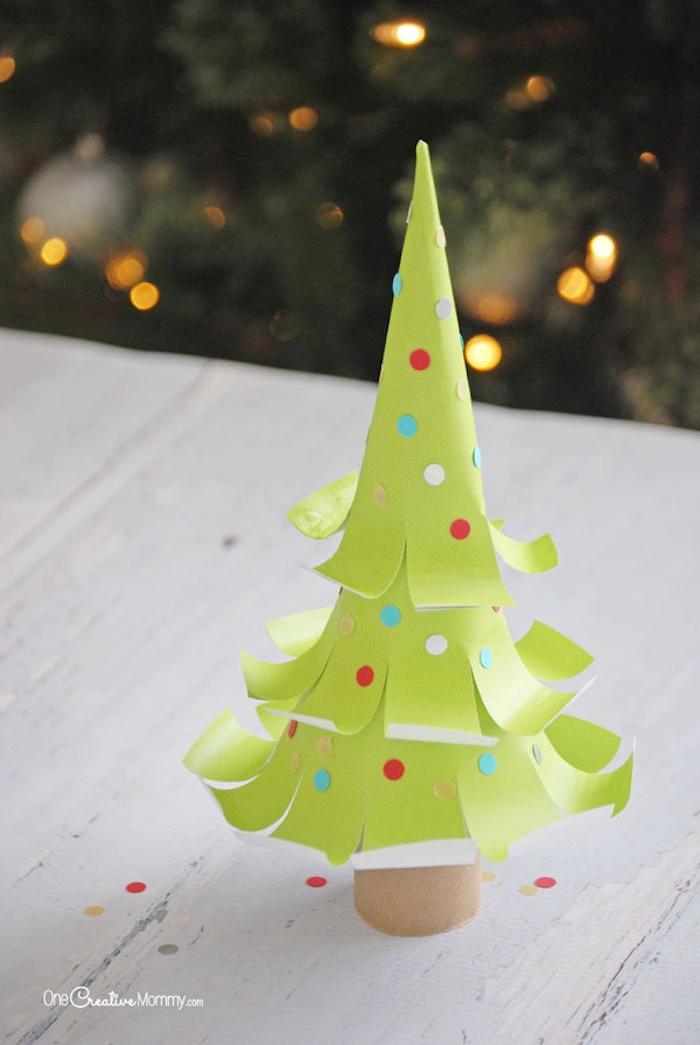 Mini Weihnachtsbaum aus Papier selber machen, bunte Punkte als Weihnachtskugeln kleben