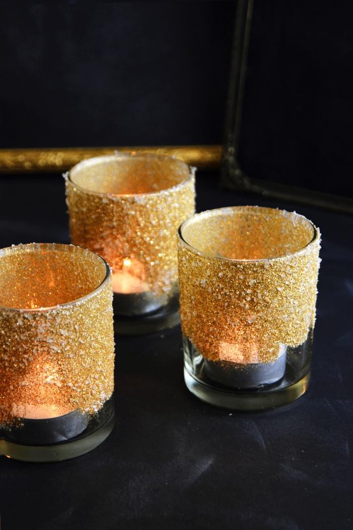weihnachtsdeko basteln, kleine kerzen, teelichthalter mit glitzer, diy bastelanleitung
