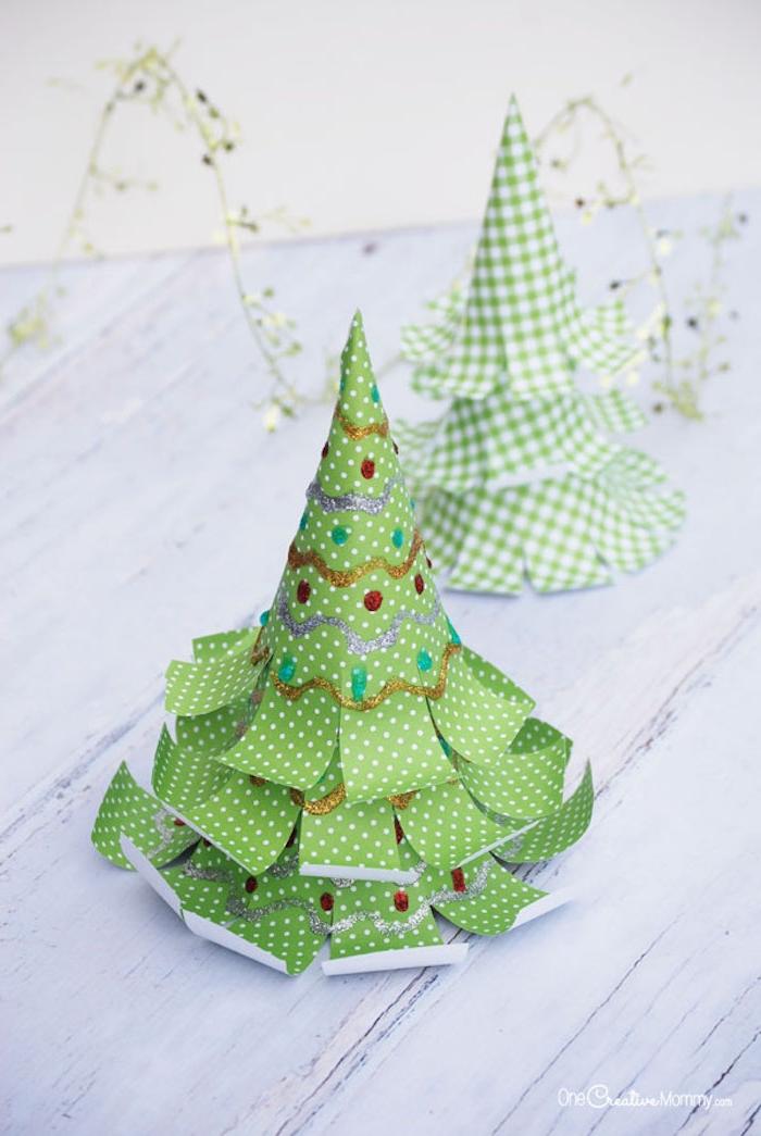 Weihnachtsbaum aus grünem Papier selber machen, Girlanden und Weihnachtskugeln mit Glitzer malen