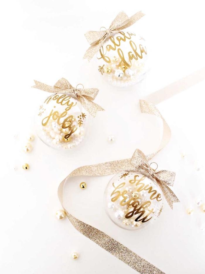 transparente kugel, goldener marker, weihnachtsdeko ideen, silberne schleife, perlen