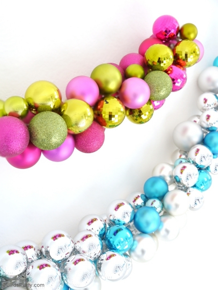 weiße wand, große girlanden aus weihnachtskugeln, weihnachtsdeko ideen, dekoration