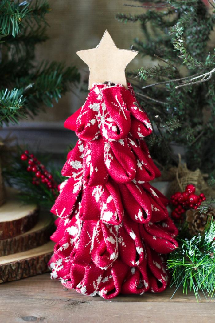 tannenbaum basteln aus streigen stoff, weihnachtsdeko ideen, stern aus pappe, tischdeko