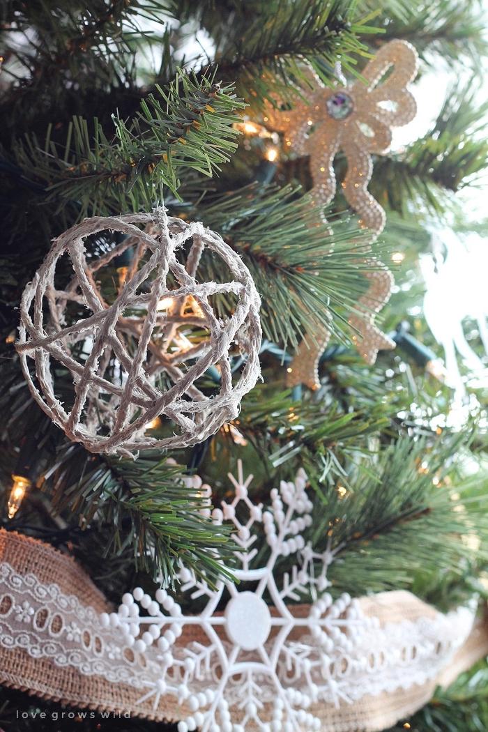 kugel aus leinenschnur, weihnachtsdeko ideen, tannenbaum dekorieren, große weiße schneeflocke