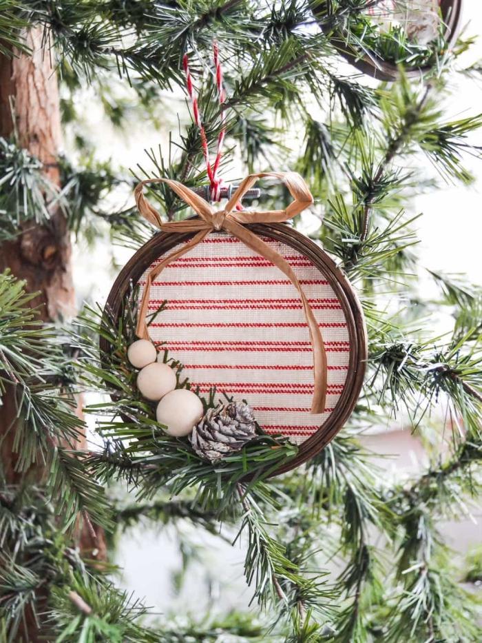 chrisbaumschmuck aus stickrahmen, gestreiftem stoff und tannenzapfen, weihnachtsdeko ideen zum selbermachen,