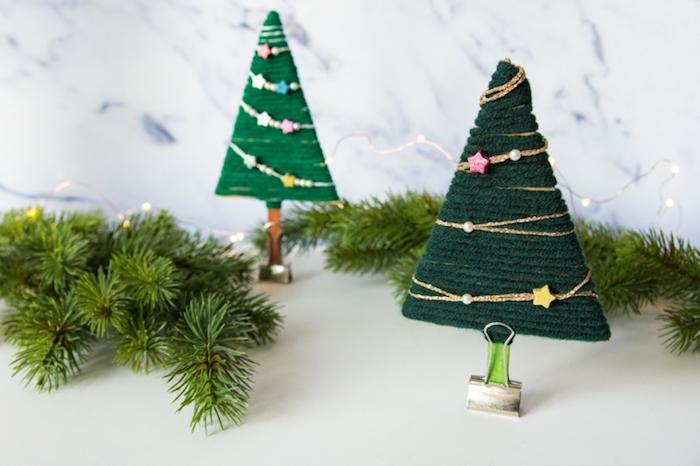 Zwei kleine DIY Weihnachtsbäume, mit grünem Garn umwickeln, Weihnachtsdeko einfach selber machen