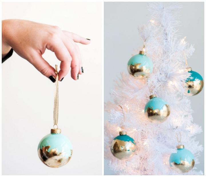 blaue weihanchtskugeln dekoriert mit blattgold, weihanchtsdeko selber basteln, weißer tannenbaum