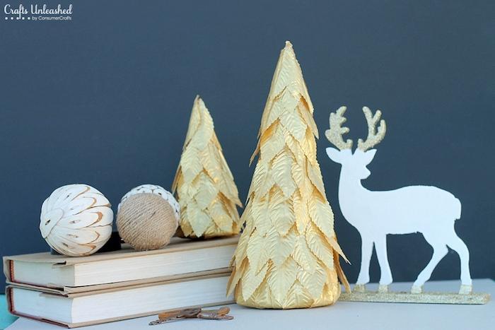 Mini Weihnachtsbaum selber basteln, mit goldenen künstlichen Blättern bekleben, Rentier und Weihnachtskugeln