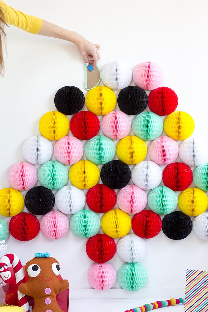 Weihnachtsbaum aus bunten Papierbällen an der Wand, coole Alternative zum klassischen Tannenbaum