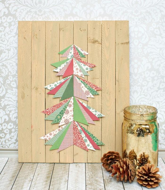 weihnachtsdeko selber basteln, goldenes einmachglas, tannenbaum aus bunten stücken papier, holzplatte