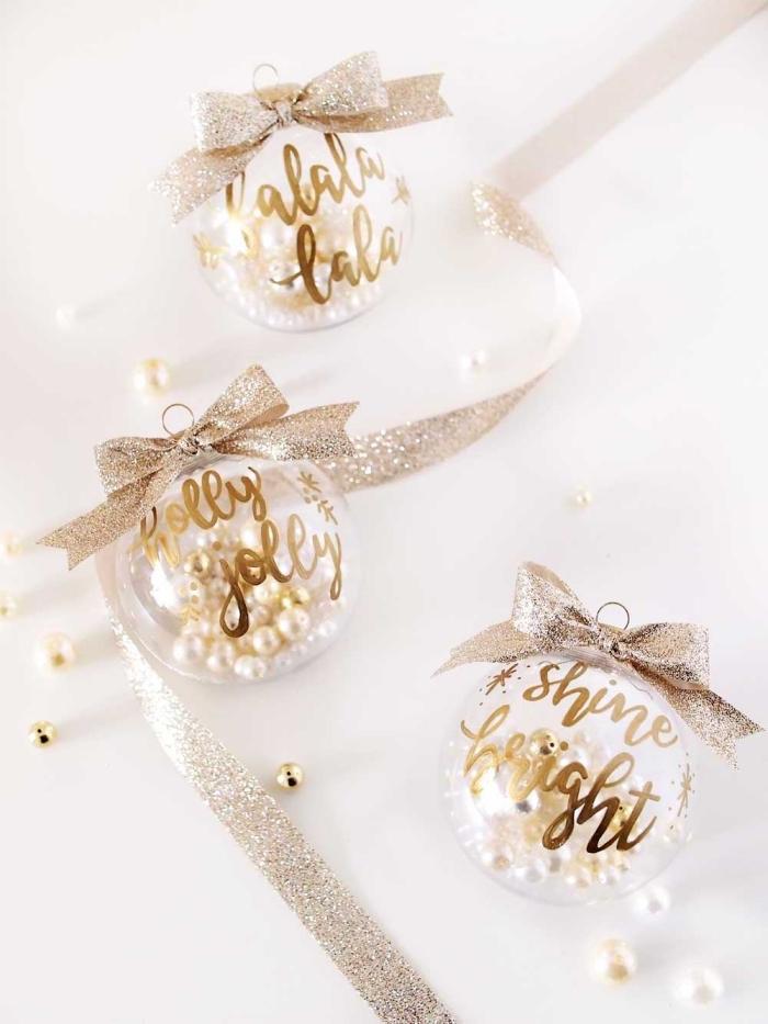 christbaumschmuck diy, weihnachtsdeko selber machen, silberne schleife, weiße und goldene perlen