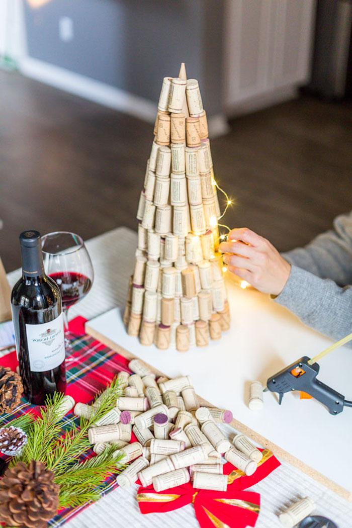Weihnachtsbaum aus Weinkorken mit Lichterkette schmücken, kreative DIY Idee für Weihnachtsdekoration