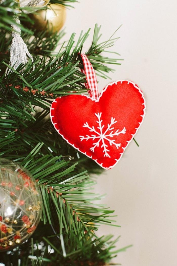 weihnachsdeko selber machen, tannenbaum schmücken, roter herz aus stoff, schneeflocke