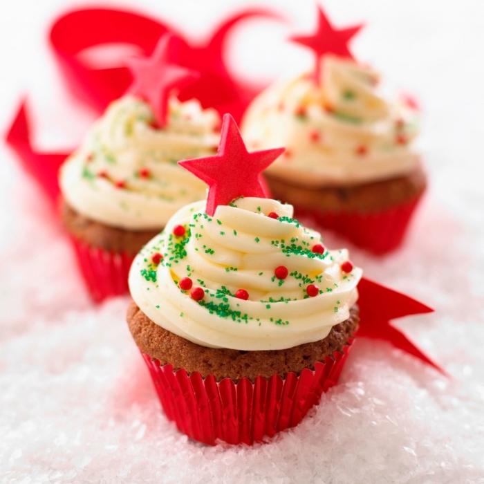 weihnachtsdessert zum vorbereiten, cup cakes dekorieren, weiße buttercreme, rote sterne