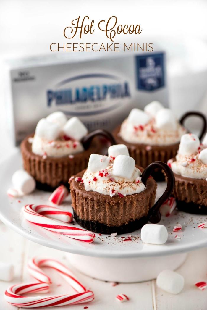 weihnachtsdessert zum vorbereiten, tassen kaffee, mini marshmallows, muffins verzieren