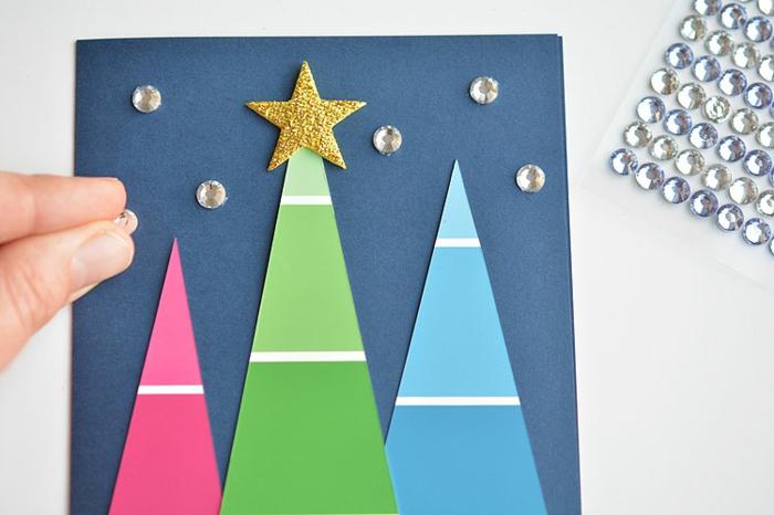 Grußkarten Weihnachten, bunte Bäume, Sterne aus Glasperlen und Stern am grünen Baum