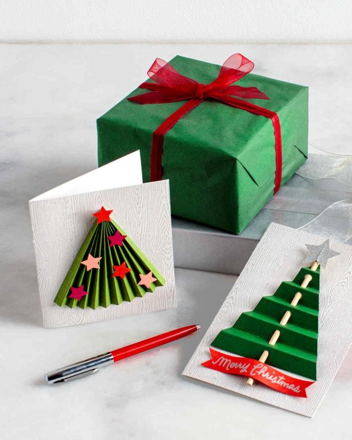 ein grünes Geschenk, grüne Karten mit Sternchen auf Tannenbäume, Weihnachtskarten gestalten