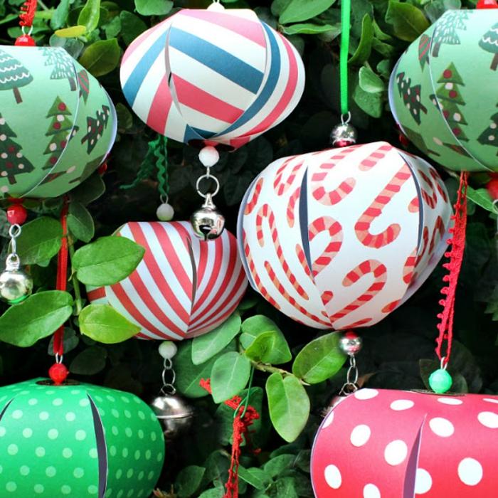 Weihnachtskugeln gestalten, bunte Weihnachtskugeln aus Papier mit kleinen Glocken