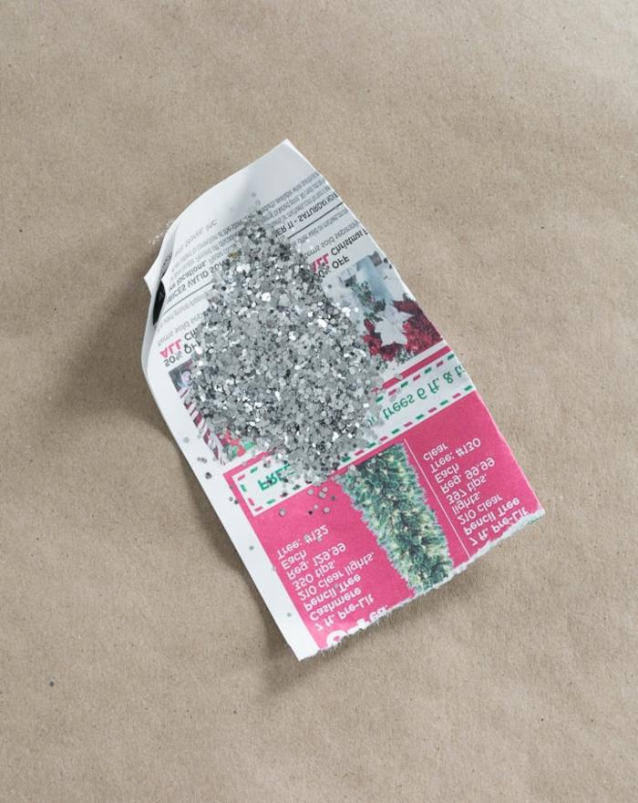 füllen Sie den Glitter in einem Trichter aus Zeitungspapier, Weihnachtskugeln selber machen