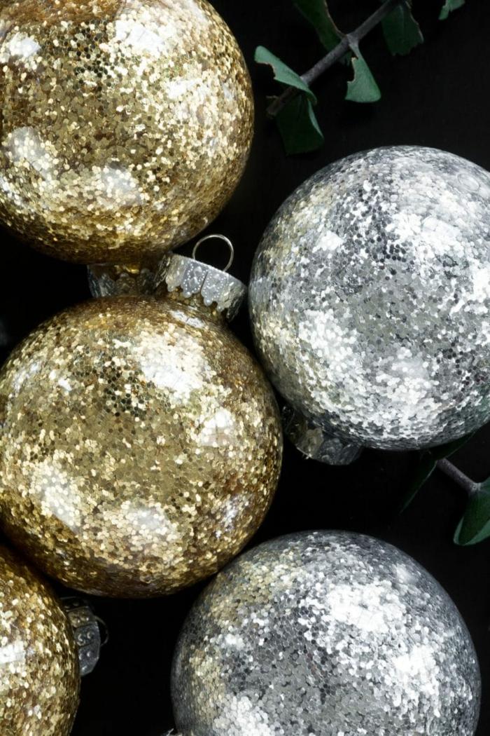 Weihnachtskugeln selber machen, drei goldene Kugeln und drei silberne Kugeln