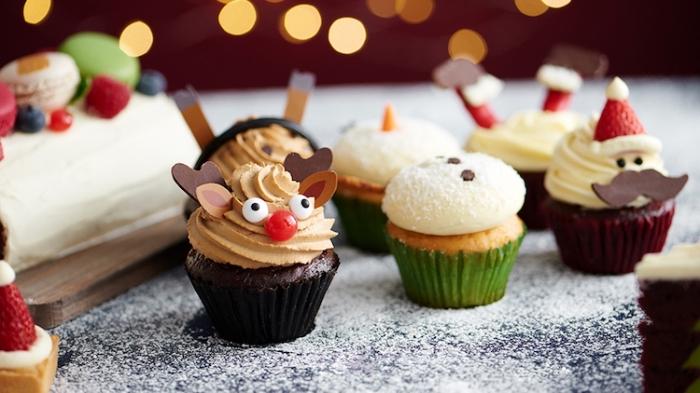 cup cakes dekorieren, weihnachtlicher nachtisch ideen, muffins verzieren, party essen weihnachten