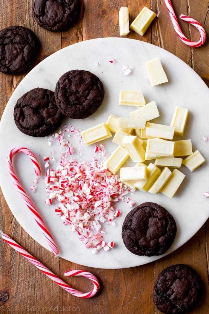 weihnachtlicher nachtisch ideen, weiße schokolade, keksen mit schokolade, zerbröselte zuckerbonbons