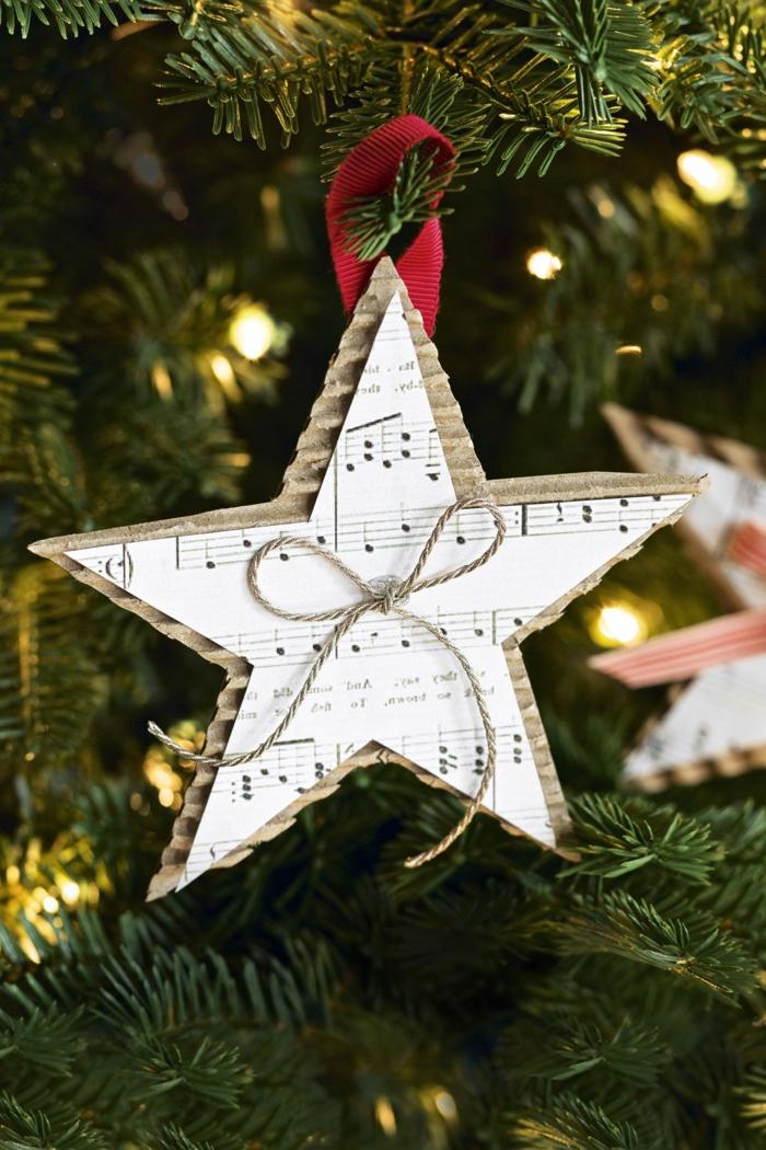 Papiersterne falten, ein schöner Stern aus weißem Papier mit Noten, eine Schleife als Dekoration