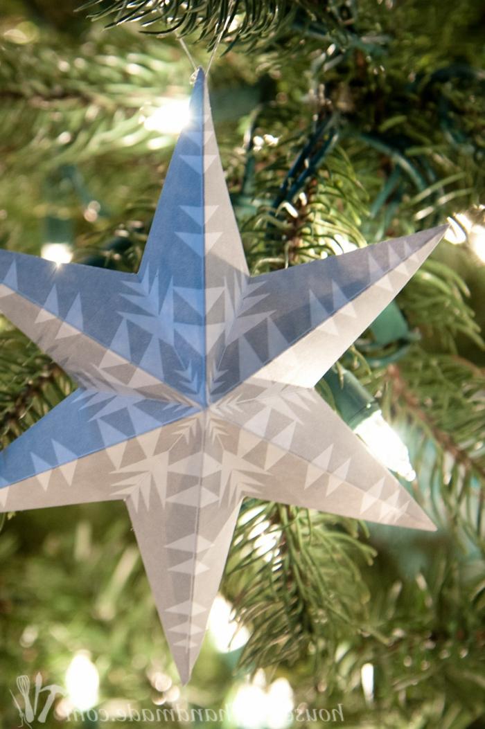 Papiersterne falten, ein grauer Stern mit Schneeflocken Muster verschönert den Weihnachtsbaum