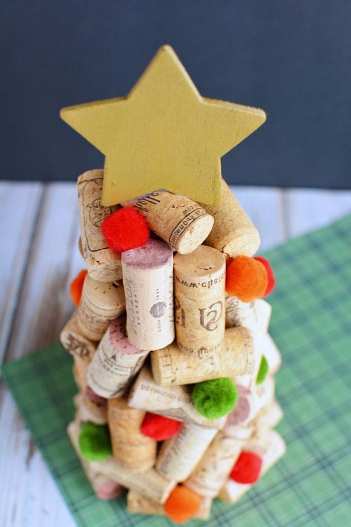 goldener stern, christbaum aus weinkorken, bunte bommeln, weihnachtstischdeko