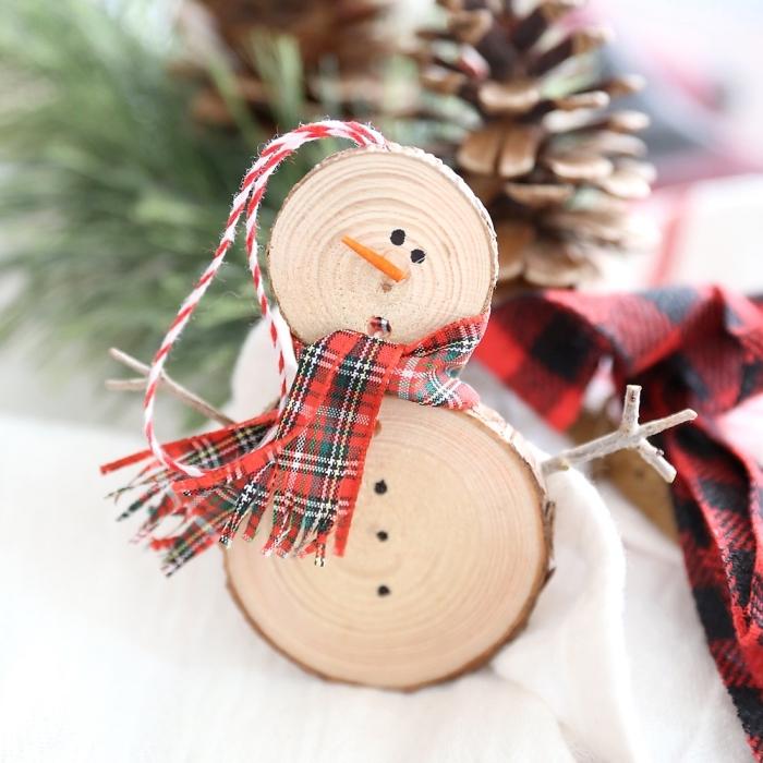 karierter schal, tannenbaumschmuck aus holz, weihnachtsbasteln mit kindern, schneeman