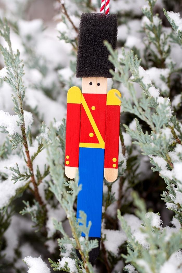 weihnachtsbastln mit kindern, soldat mit hut aus schwamm, christbaumschmuck selber machen