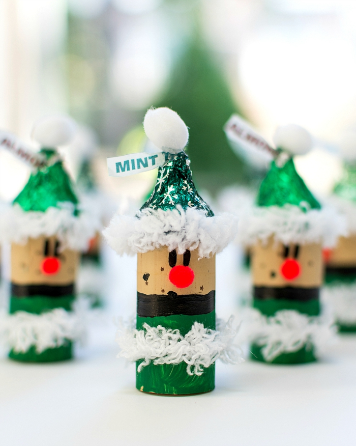 basteln mit weinkorken, weihnachtsbasteln mit kindern, kleine figuren, weißes garn