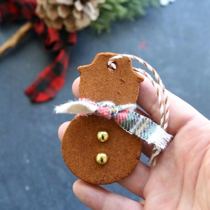 kekse mit ingwer backen, weihnachtskugel in der form von schneeman, weihnachten selber machen
