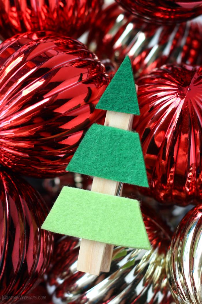 weinachtsdeko selber machen, selbstgemachtes christbaumschmuck, rote und goldene weihnachtskugeln