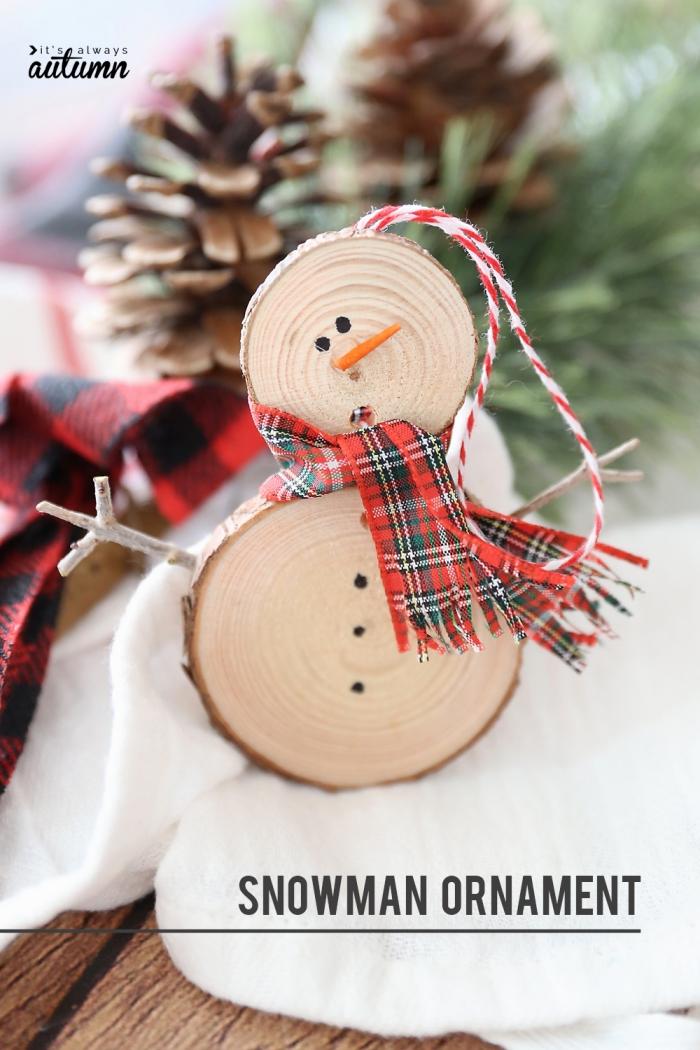 weihnachtsdeko selber machen, schneeman aus dünnen holzscheiben, karierter schal