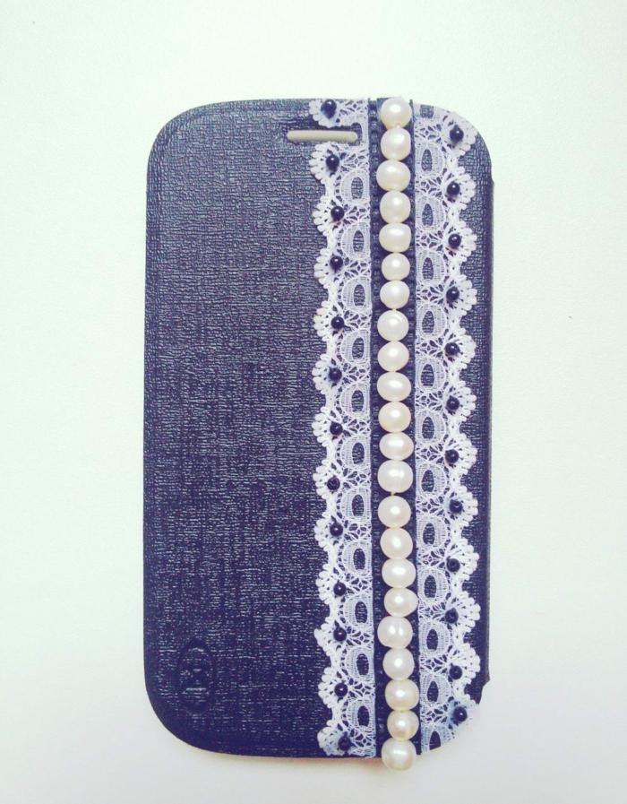 das bildschöne Endprodukt der Anleitung, blaue Handyhülle mit Spitzen und Perlen, schöne Handyhüllen