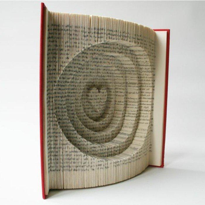 ein Herz, das im Buch geschnitzt wird, als ob es in einem Baum geschnitz würden, gefaltete Bücher