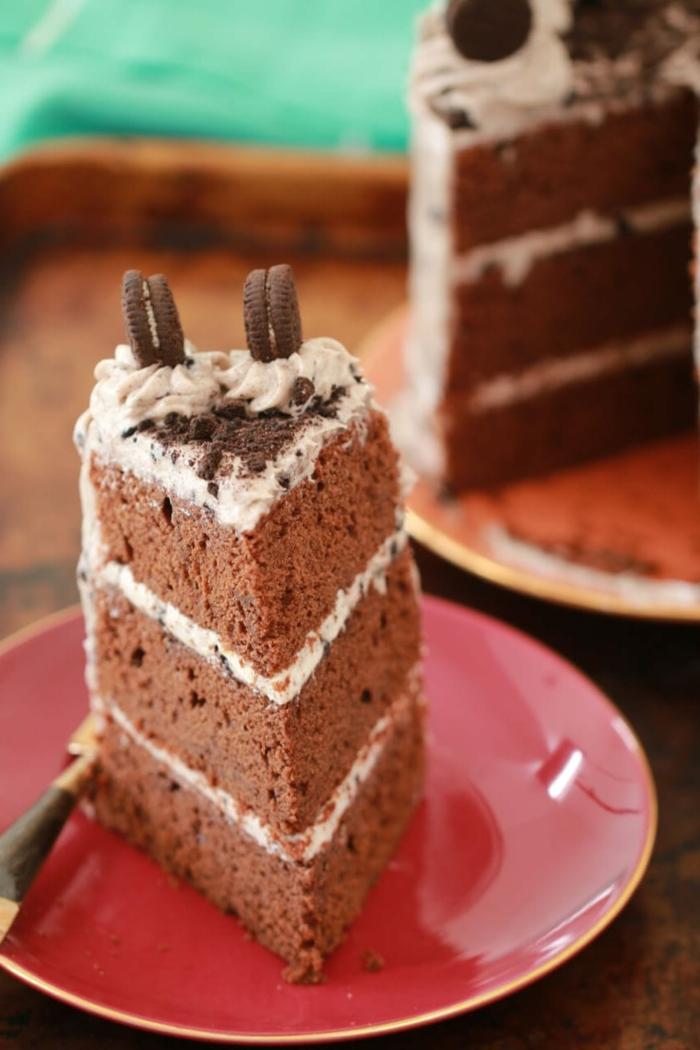 drei Schokoladenböden, weiße Creme, mit Oreo Krümmeln, Mini Oreo Keksen dekoriert, Oreo Rezept