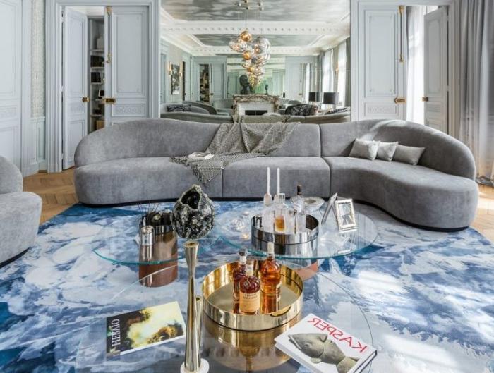 wohnzimmer deko, dekoration ideen, designer sofa in grau, metallene elemente, silberne pendleleuchten