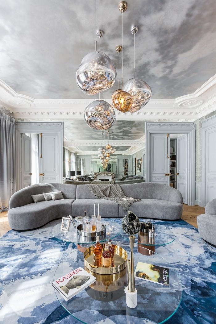 wohnzimmer deko in silbern und gold, graues designer sofa, zimmer einrichten, runde pendellecuhten