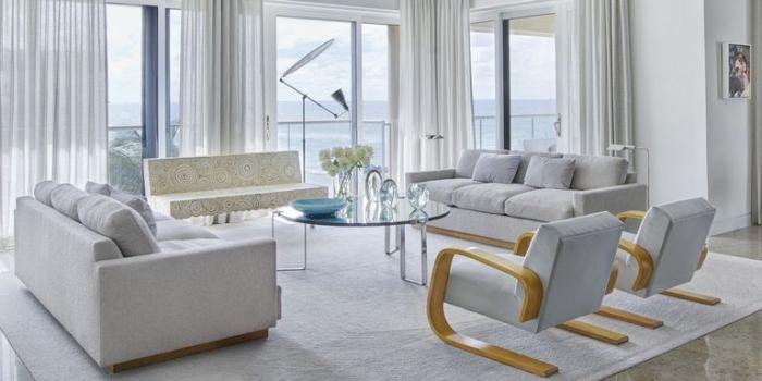 wohnzimmer einrichten ideen, wohnzimmereinrichtung in grau und weiß, runder kaffeetisch dekoriert mit vase mit weißen blumen