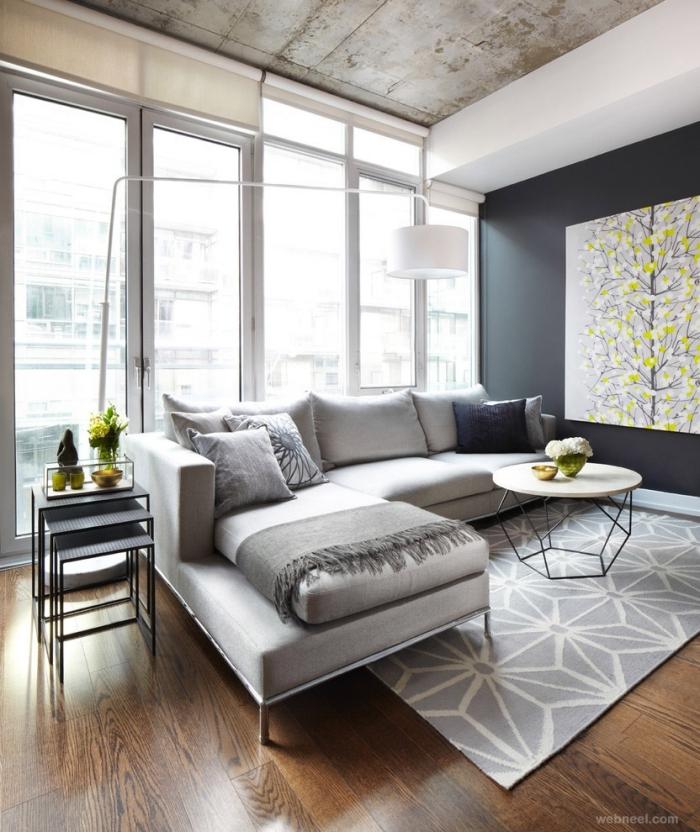 wohnzimmer einrichten ideen, großes graues ecksofa, zitronenfarbige akzente, boden aus holz