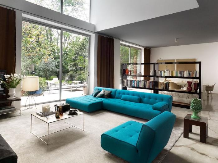 wohnzimmer einrichten ideen, schwarze trennwand mit regalen, meergrüne sitzmöbel