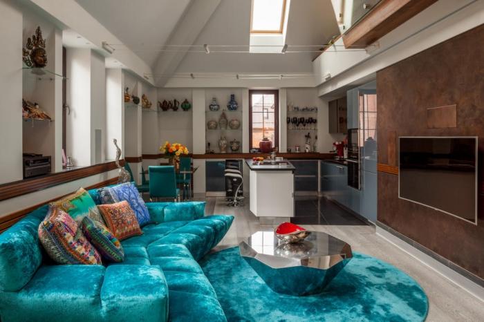 wohnzimmer gestalten, großes meergrünes samtsofa, silberner kaffeetisch in der form von diamant